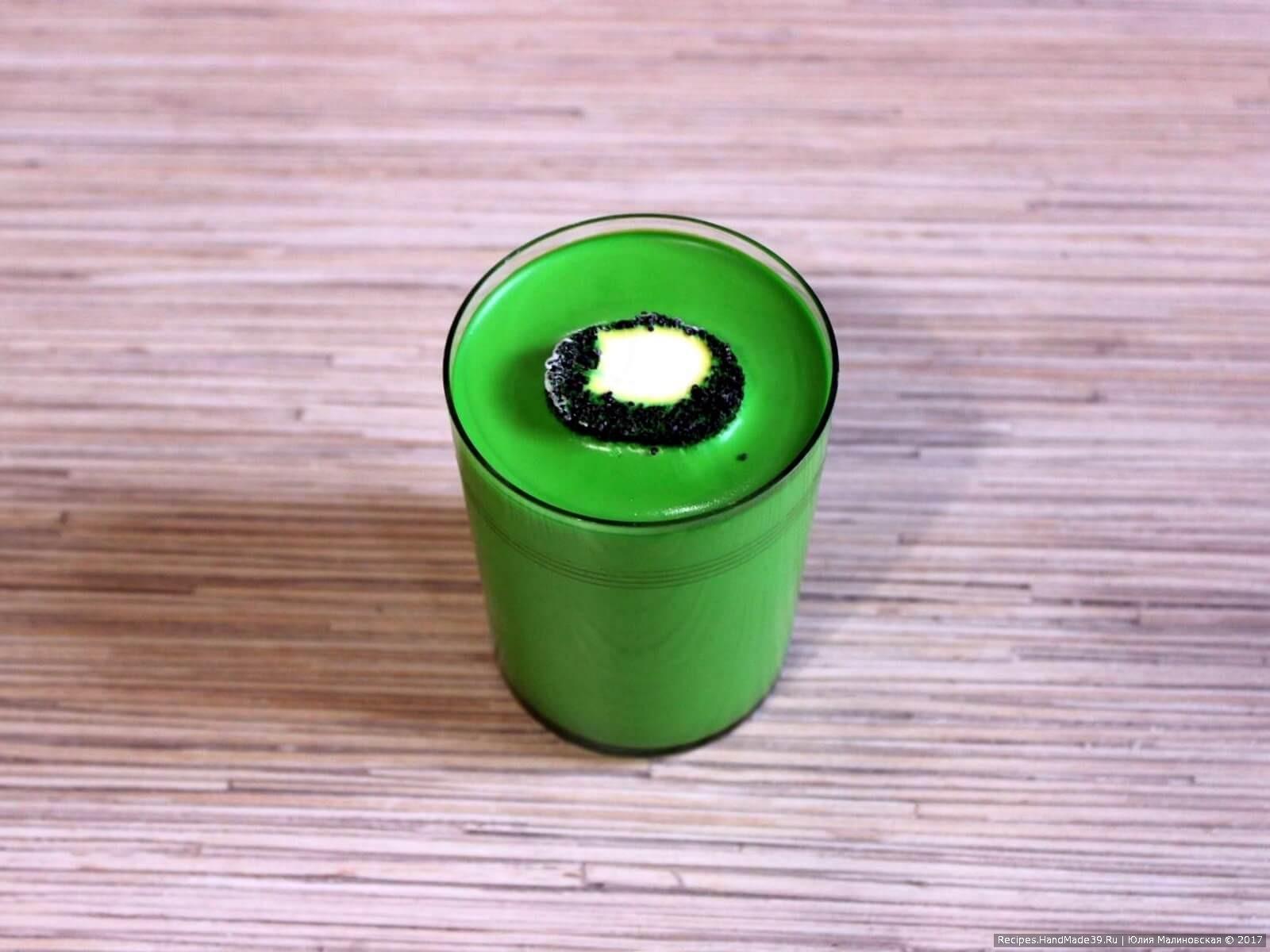 Стакан опустить в горячую воду на 2 мин, извлечь «киви».