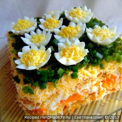 Слоёный салат с яйцами, сыром и яблоком – пошаговый рецепт с фото