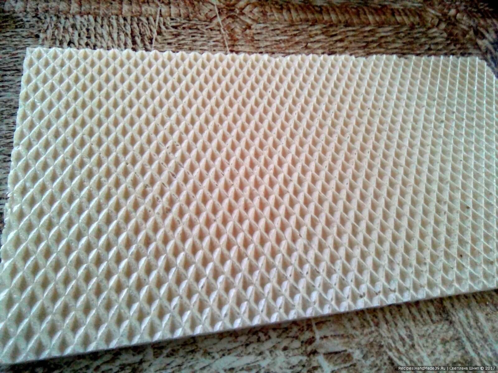 Промазать вафельный лист повидлом (не густо), положить первый корж, снова промазать повидлом