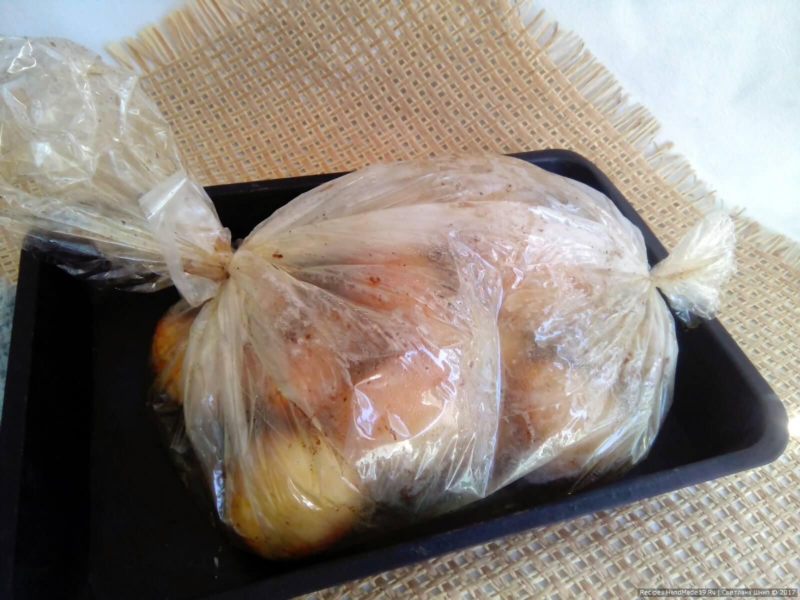 Пакет с картофелем поместить на противень или в форму и поставить в предварительно разогретую до 200 °C духовку