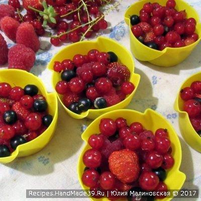 Как только желе схватится, выложить ягоды и сверху залить желе