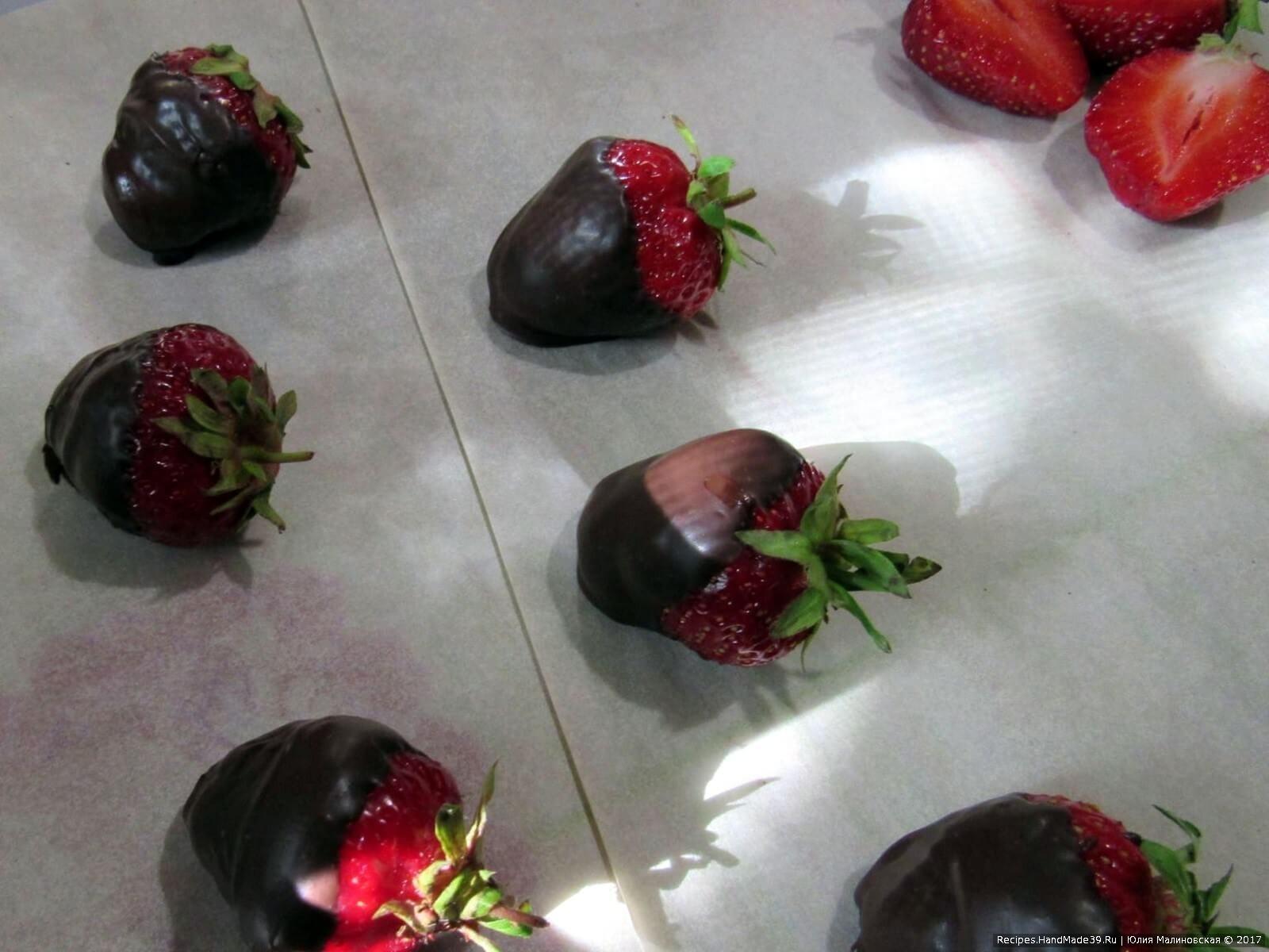 Клубнику вымыть и обсушить, растопить 50 г шоколада, обмакнуть в него несколько ягод, остальные просто разрезать пополам для украшения