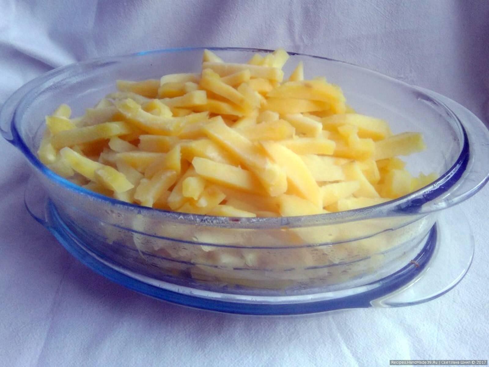 Основную массу картофеля сложить в форму для запекания