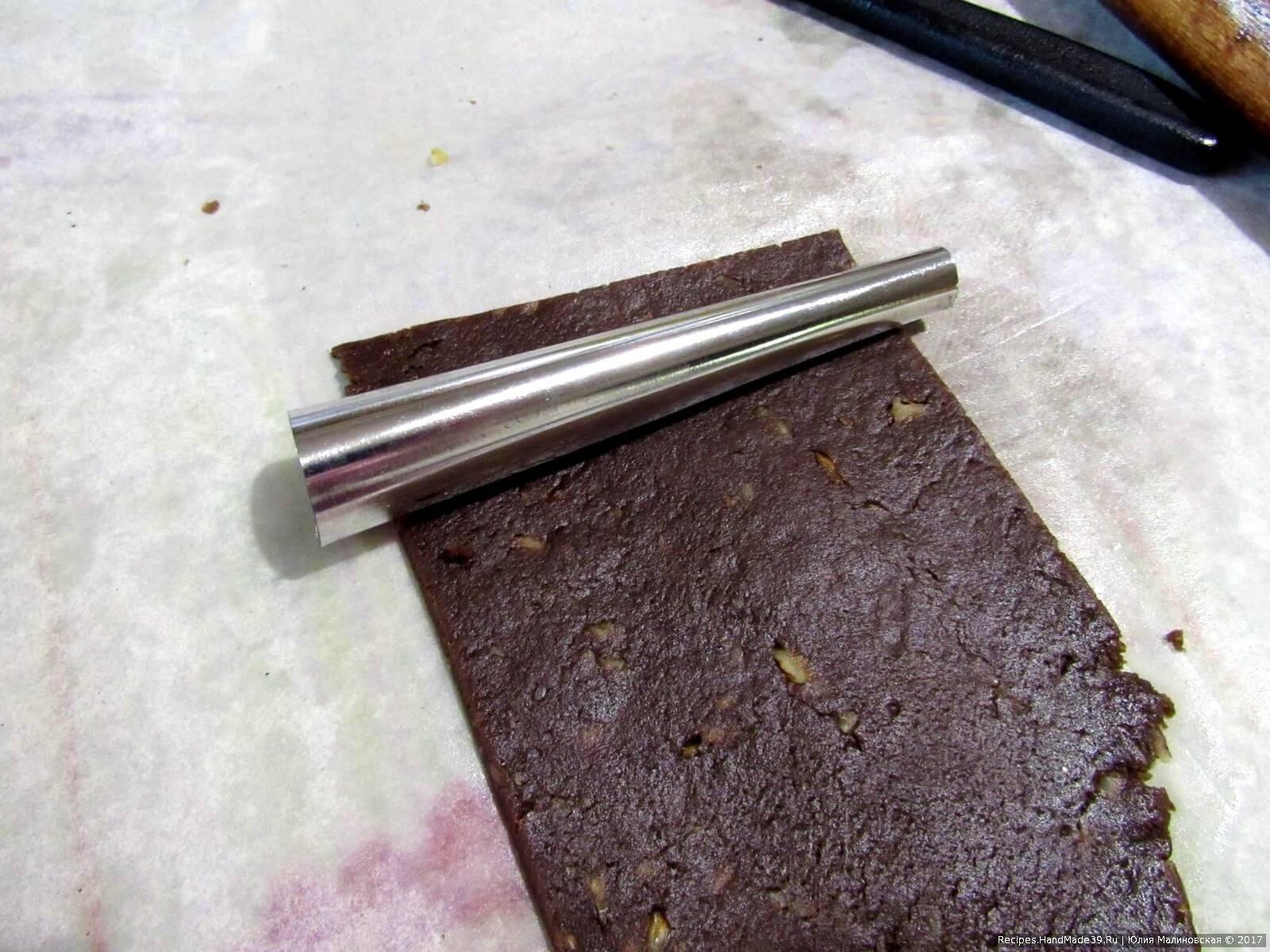 Тесто тонко раскатать, порезать полосами шириной чуть уже трубочек