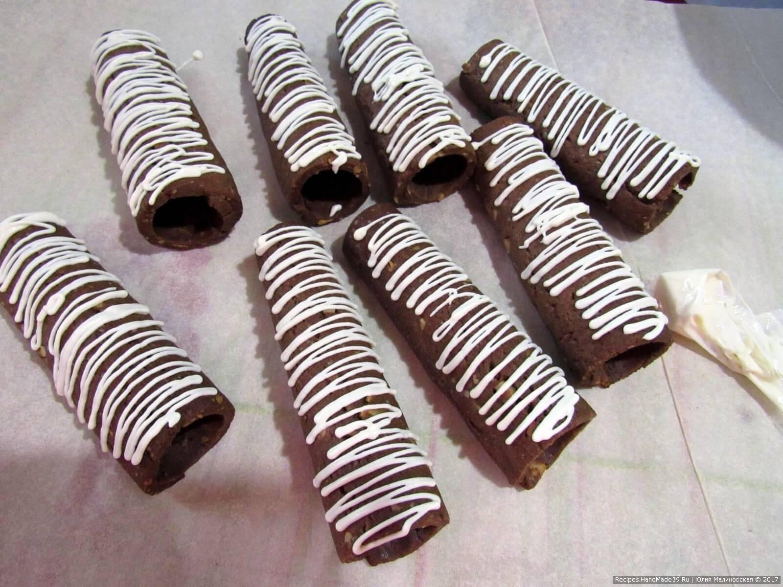Полить растопленным белым шоколадом