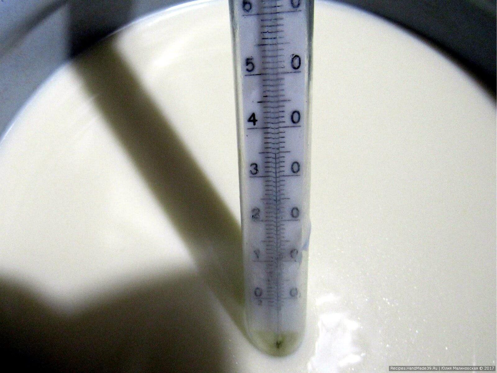 Вылить в эмалированную кастрюлю 6 литров молока, постоянно помешивая, нагреть до 35 °C, влить фермент 6 мл, можно и 7-8 мл, если любите сыр более плотный