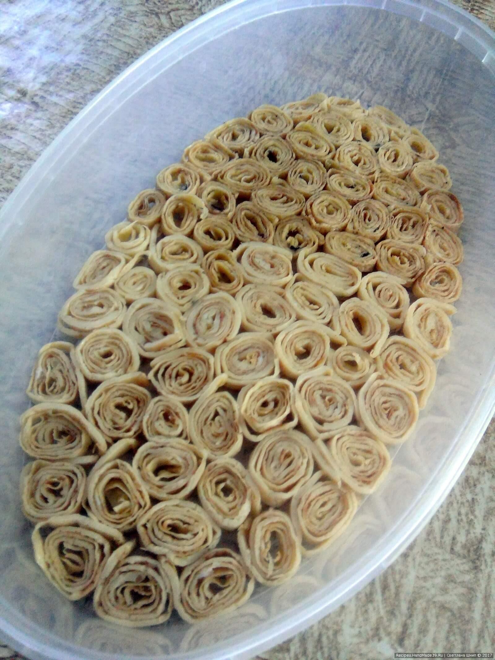 Выложить дно салатника кусочками-рулончиками