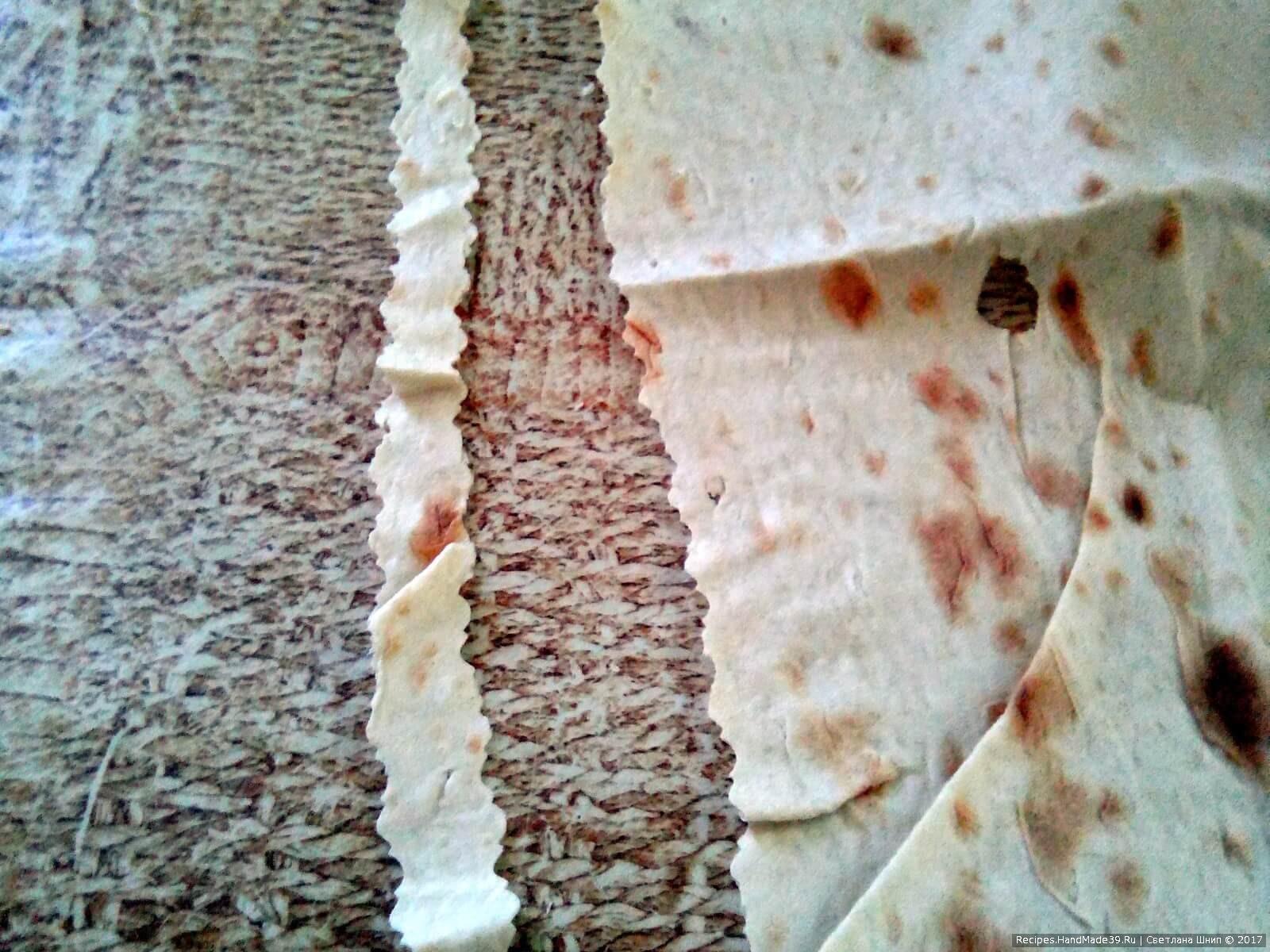 Тонкий армянский лаваш разрезать на полоски
