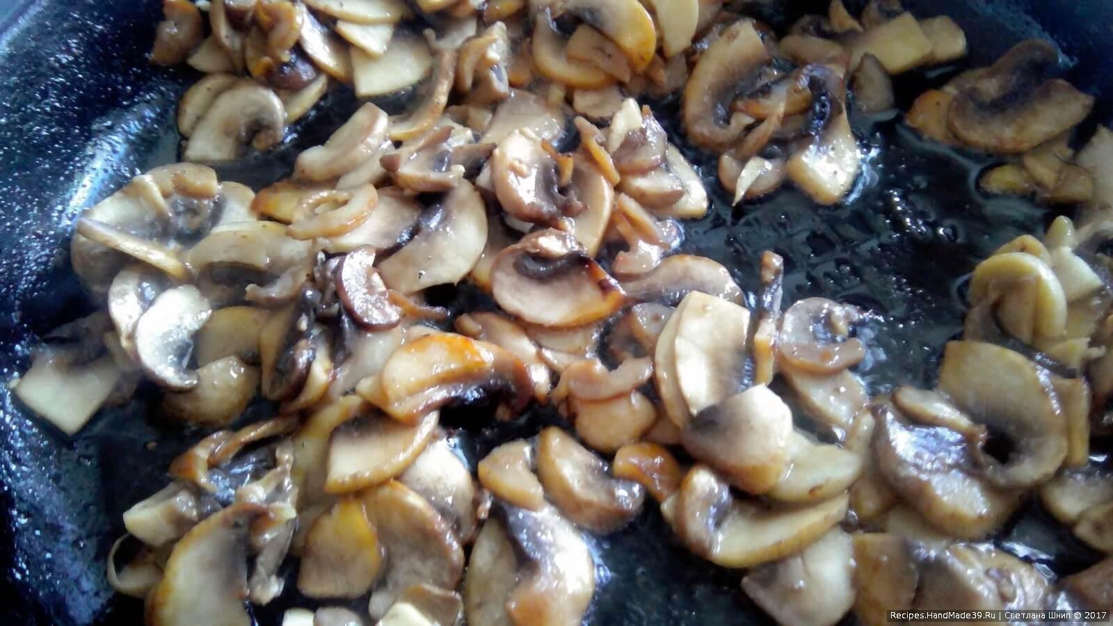 Салат «Гранатовое сердце» – фото шаг 2. Шампиньоны обжарить в растительном масле, посолить по вкусу