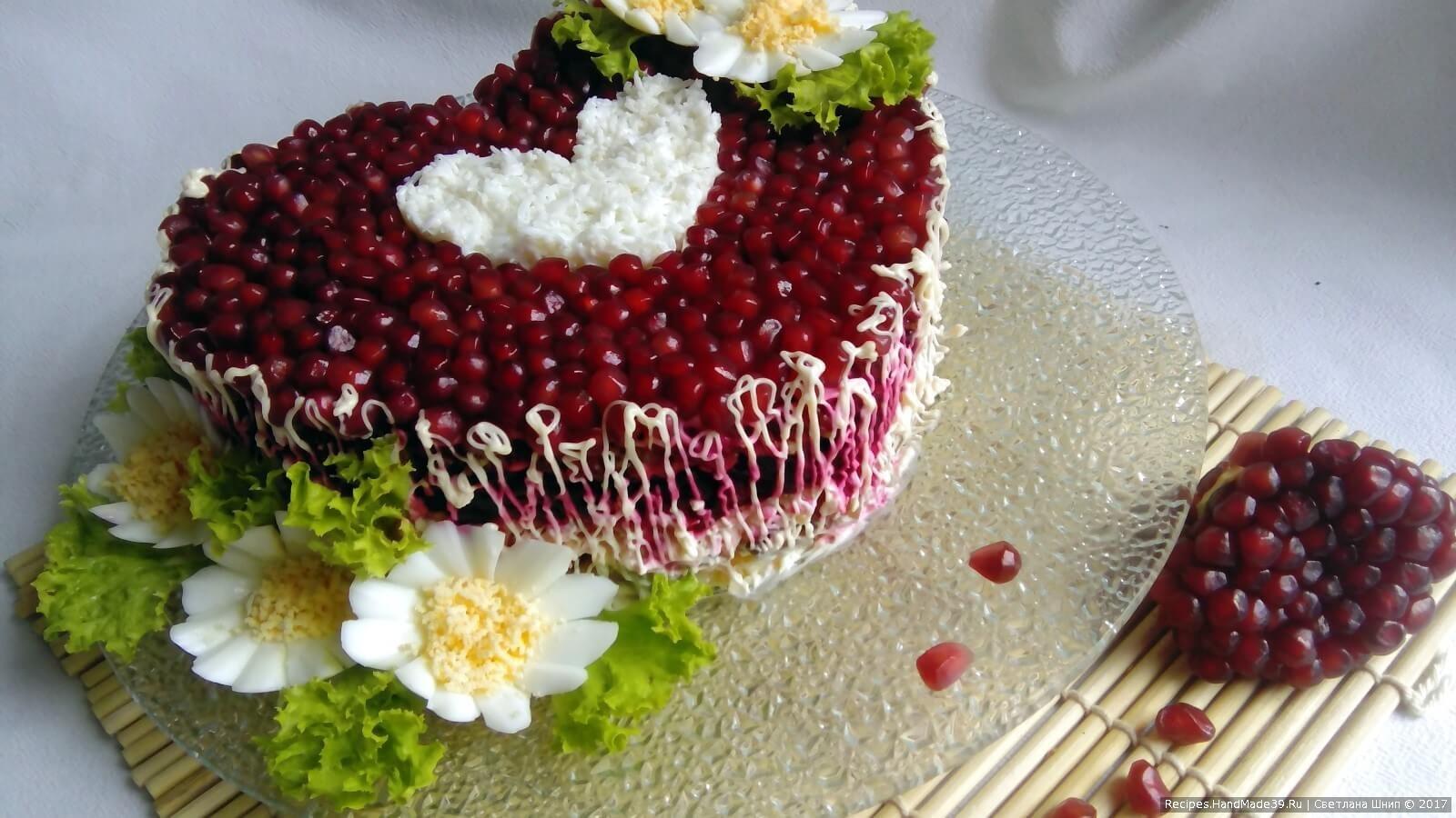 Вырезать цветочки из варёного яйца. Дополнительно использовать листья салата. Салат «Гранатовое сердце» с курицей и грибами готов, приятного аппетита!