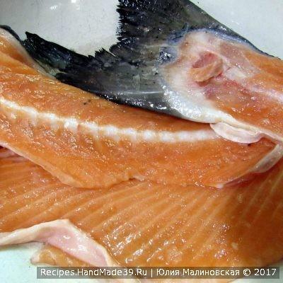 Хребет лосося промыть под проточной водой, залить 2 литрами воды и варить до готовности