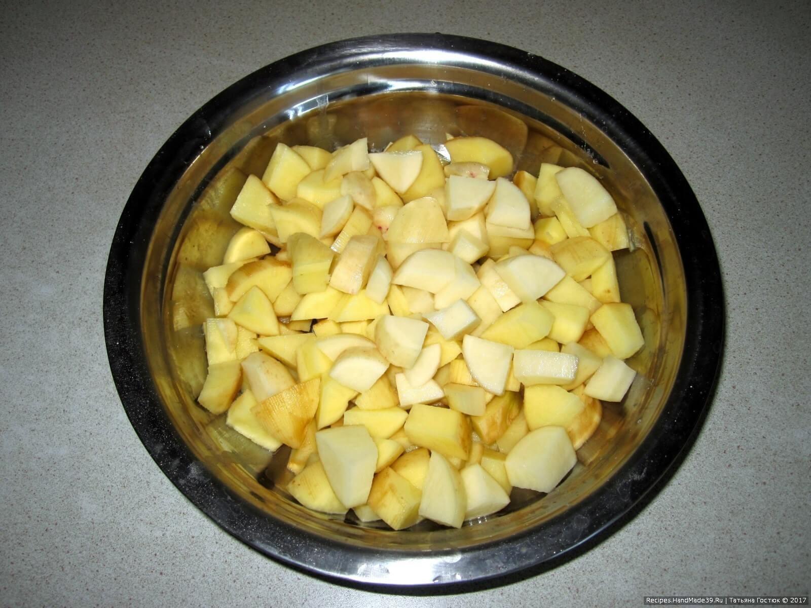 Картофель чистим, нарезаем кубиками, вместе с мясом отправляем в бульон и варим до готовности