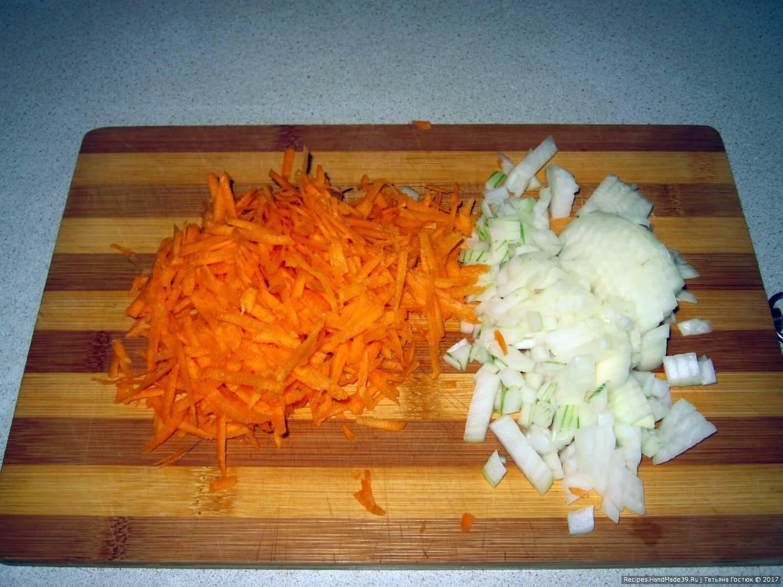 Лук и морковь чистим. Лук нарезаем кубиками, морковь натираем на крупной тёрке