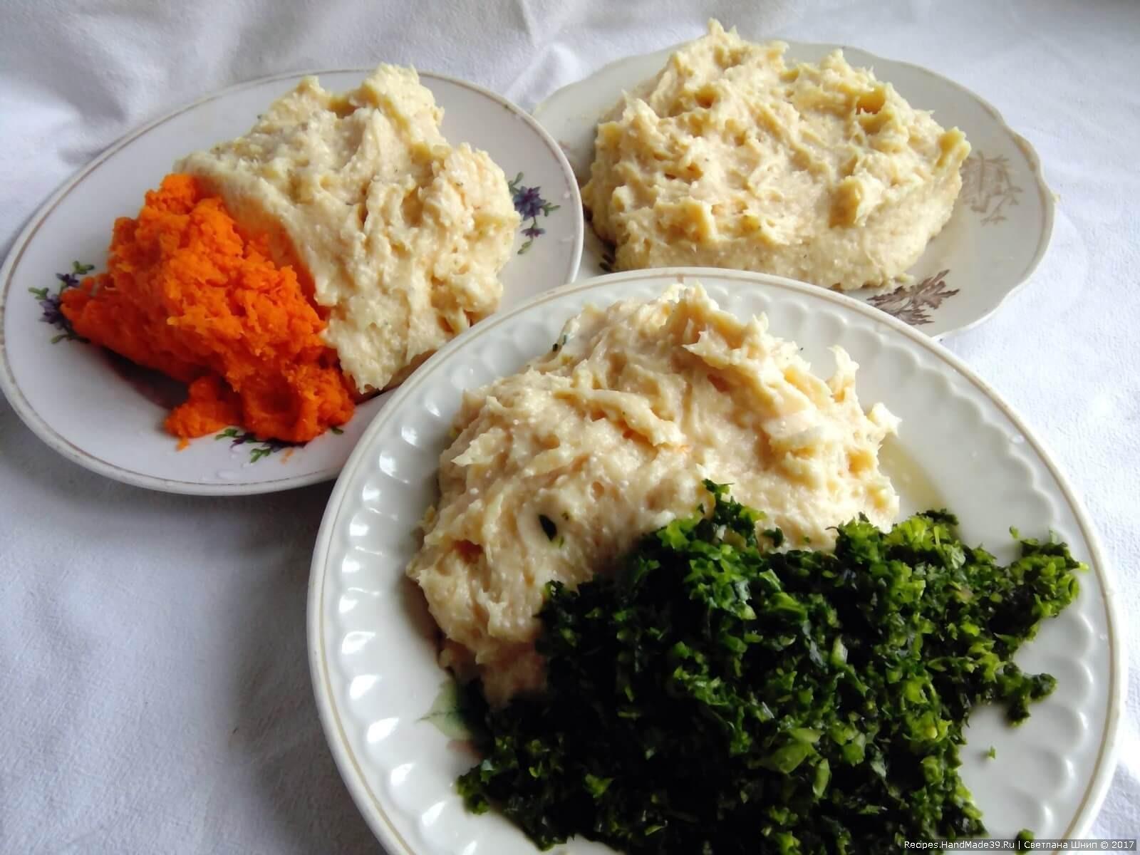 Подготовленный фарш разделить на 3 части. В одну часть добавить тёртую на мелкой тёрке морковь, в другую добавить измельчённый на блендере шпинат, а третью оставить так, как есть