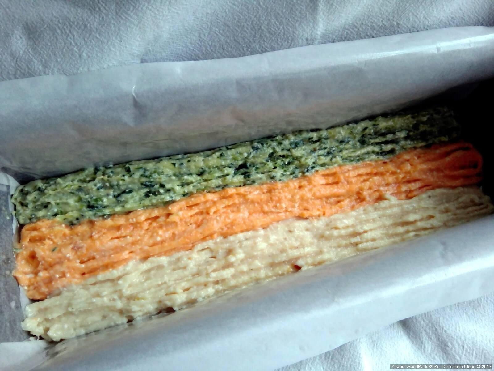 Первый ряд: выдавить полосками три цвета куриного филе: светлая полоса (без добавок), зелёная (со шпинатом) и оранжевая (с морковью)