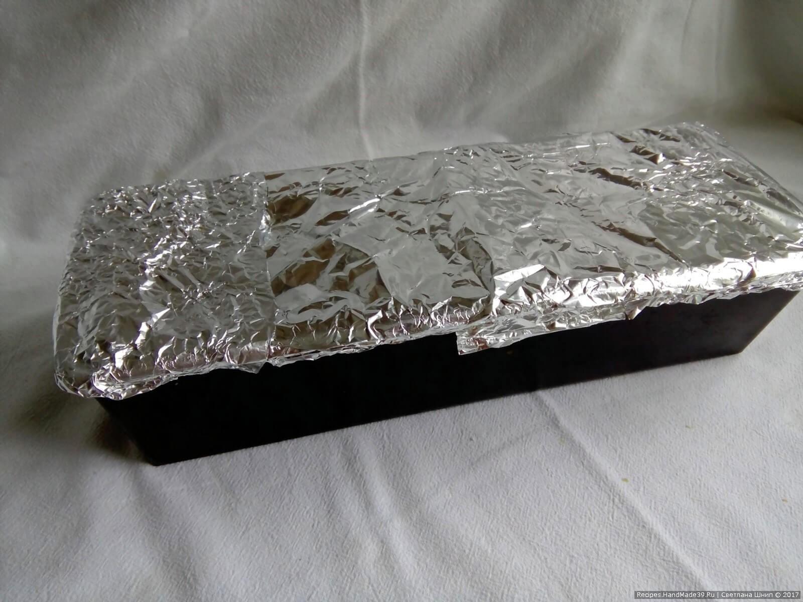 Закрыть форму фольгой и поставить на 20 минут в духовку, разогретую до 180 °C