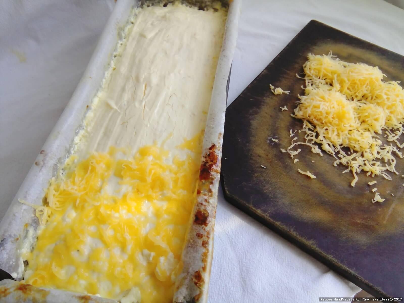 Достать форму и посыпать террин тёртым сыром