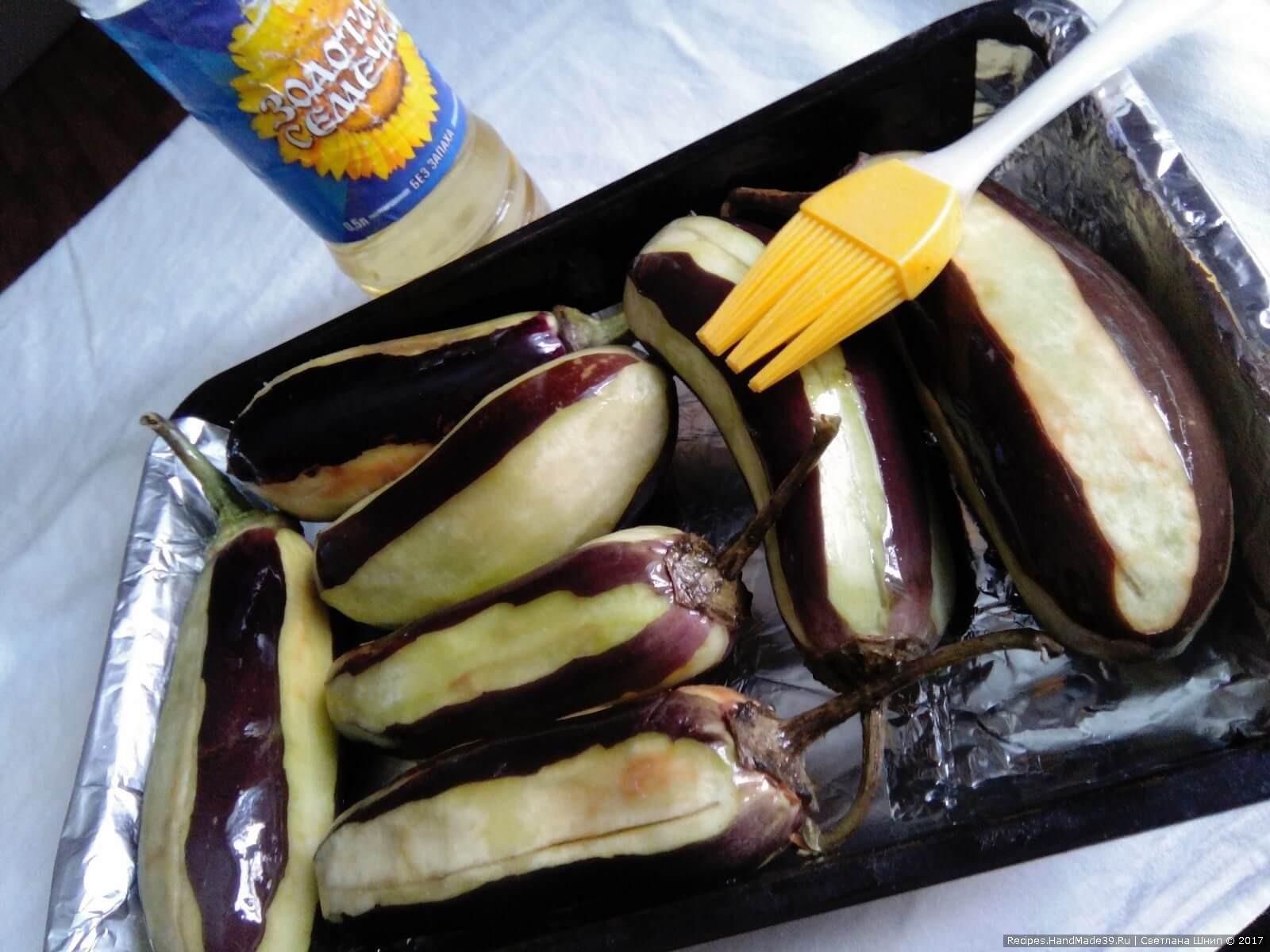 Смазать баклажаны растительным маслом и выложить на противень, смазанный маслом
