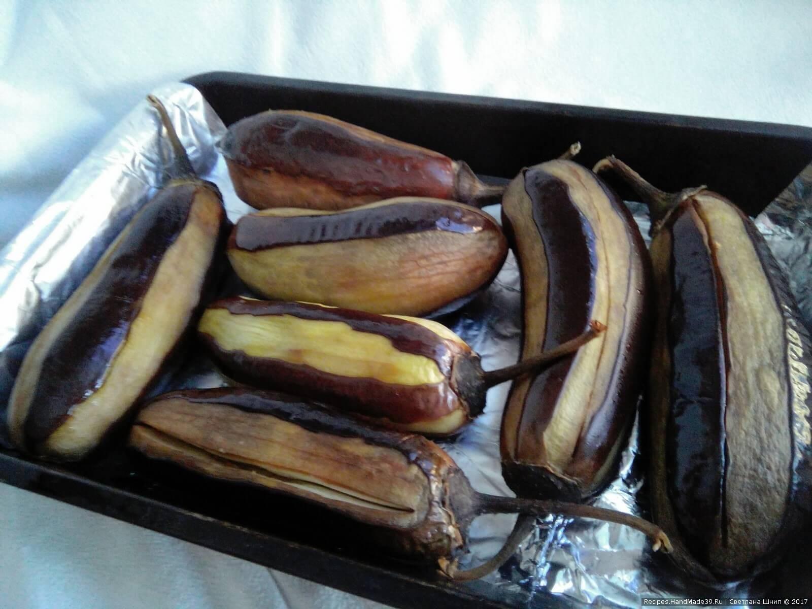Запекать баклажаны при температуре 200 °C до золотистого цвета
