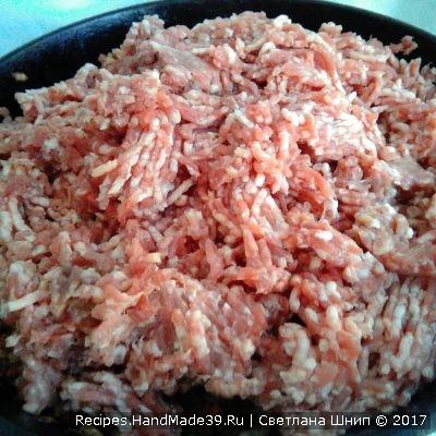 Добавить говяжий фарш, соль, чёрный молотый перец. Выдавить чеснок