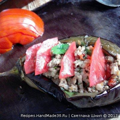 Сверху украсить дольками помидора и болгарского перца