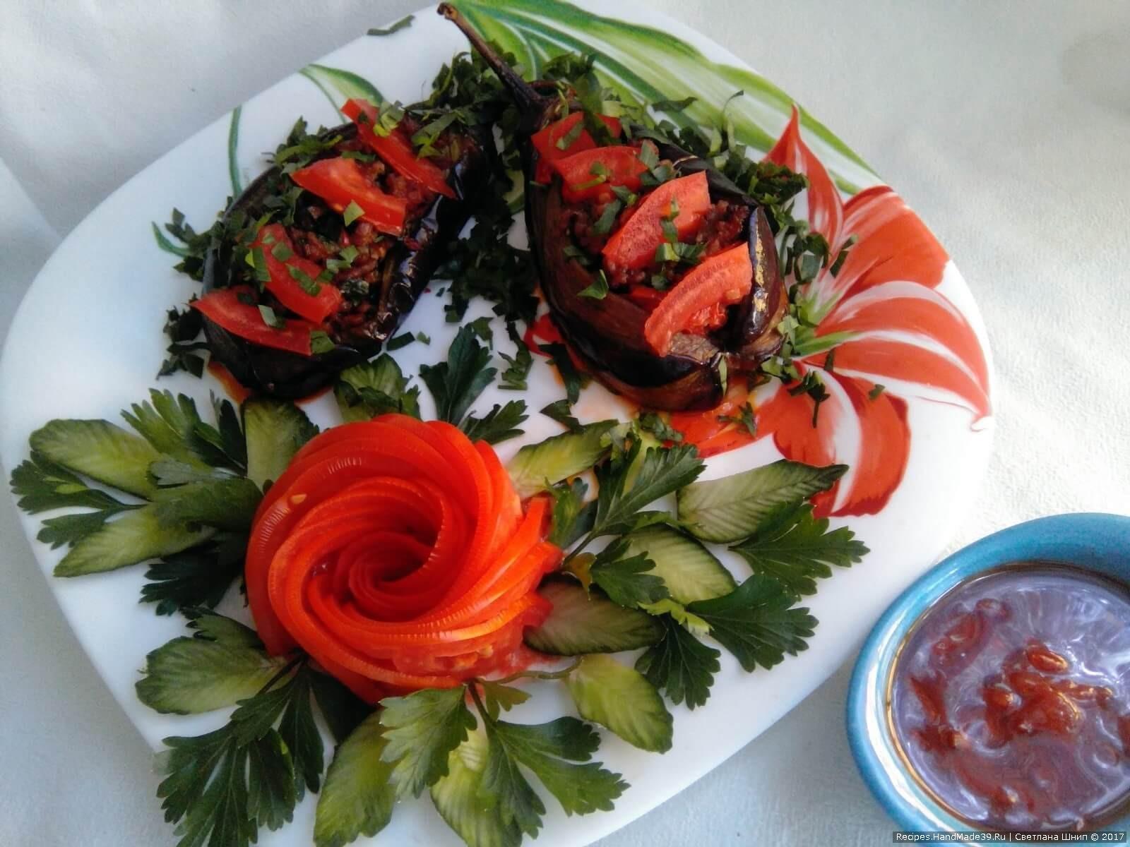 Готовые баклажаны посыпать зеленью и подать с томатной заливкой. Приятного аппетита!
