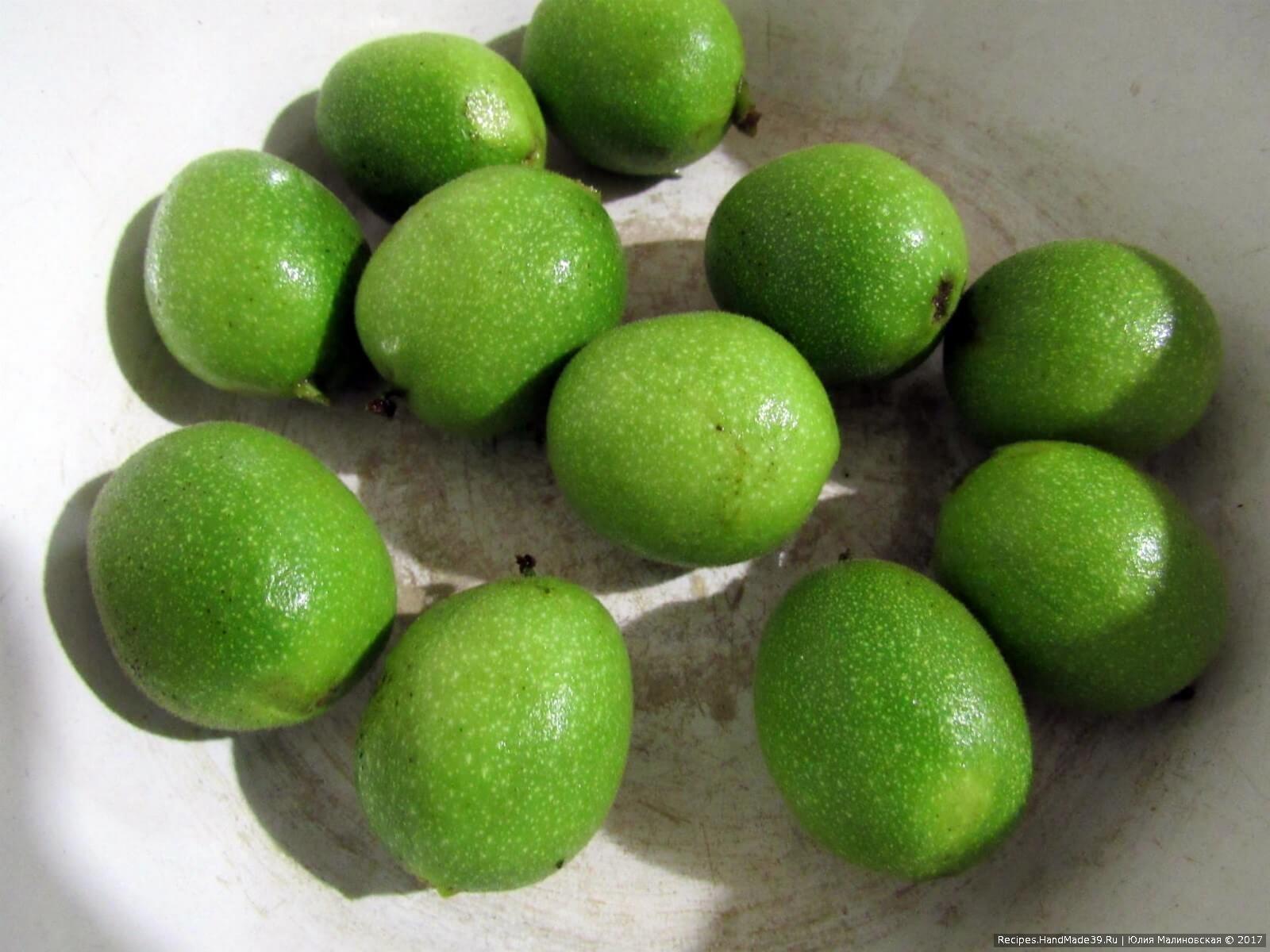 Предварительная подготовка зелёных грецких орехов для варенья: орехи перебрать, чтобы были без брака