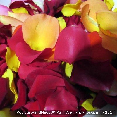 Лепестки ароматных роз измельчить
