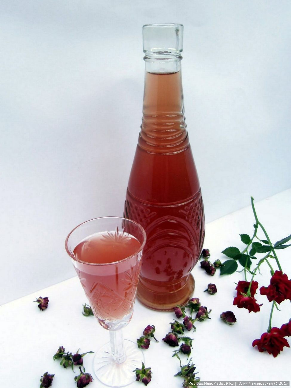 Ликёр на лепестках розы