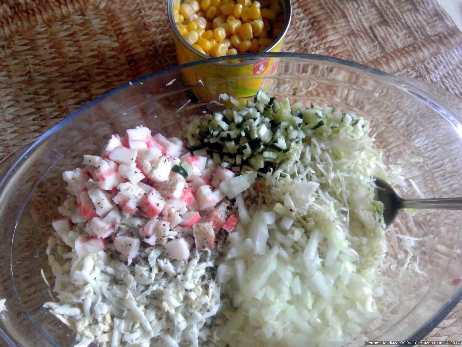Перемешать капусту, крабовые палочки, огурец, яйца и лук. Кукурузу не добавлять! Она будет только сверху «початка»