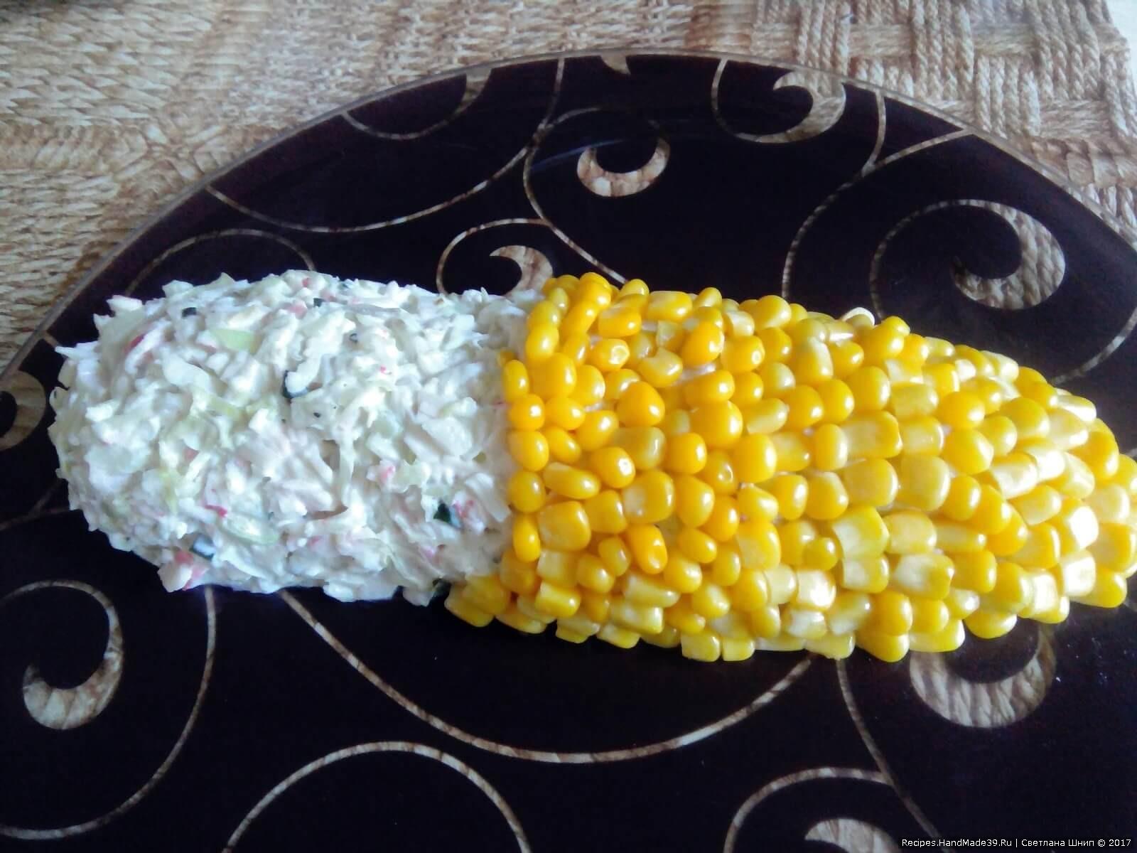 Верх початка выложить консервированной кукурузой