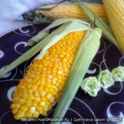 Дополнить салат листьями от настоящего кукурузного початка