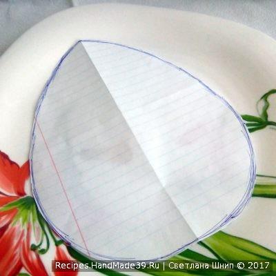 Вырезаем из бумаги форму яйца, ориентируясь на размер тарелки, в которой будет салат