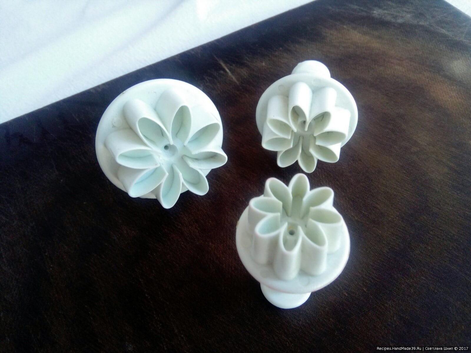 Цветочки из огурца сделаны формочками для работы с мастикой
