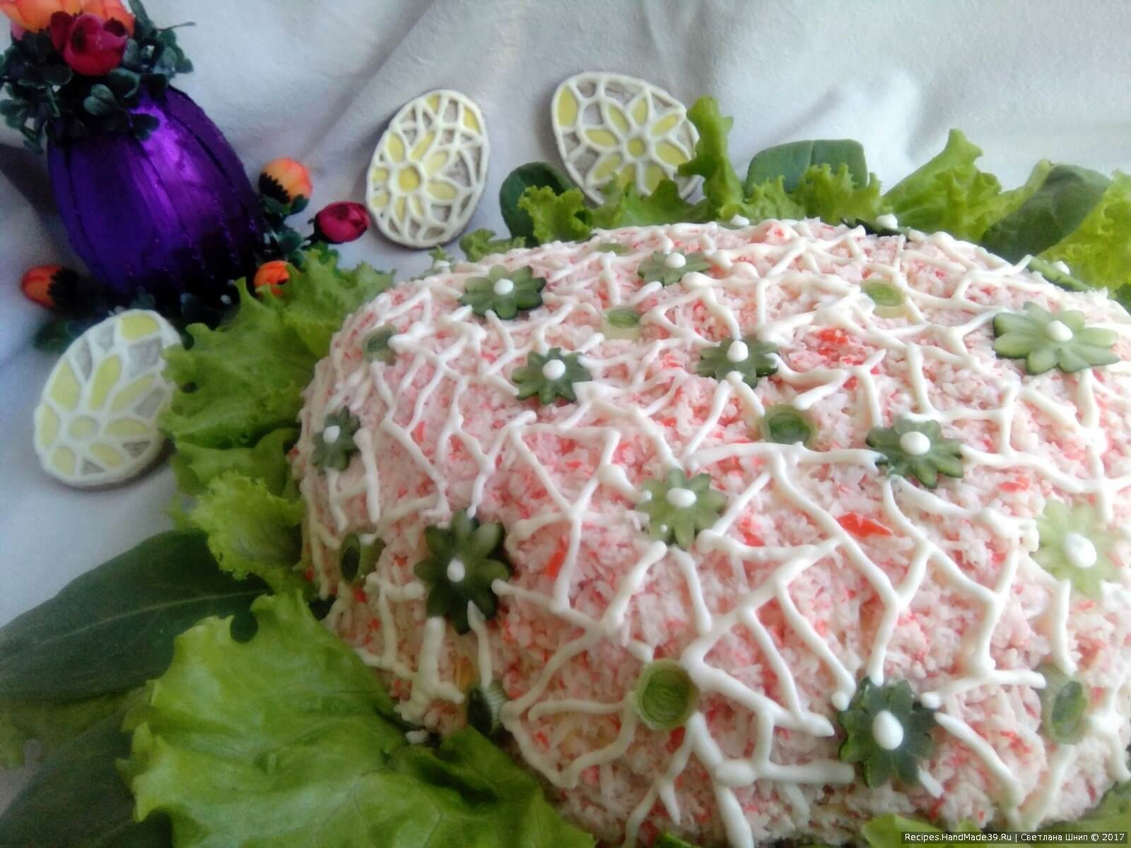 Цветочки соединены тоненькой сеткой майонеза (что-то вроде вышивки ришелье). Надеюсь, вам тоже придется по вкусу нежный и изысканный вкус этого салата