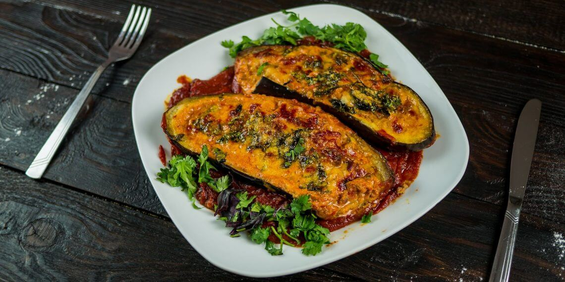 Запечённые баклажаны с томатно-мясной начинкой и сыром