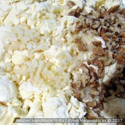 Переложить массу в миску и растереть её с солью и измельчённым чесноком, добавить порезанные орехи и всё хорошо перемешать