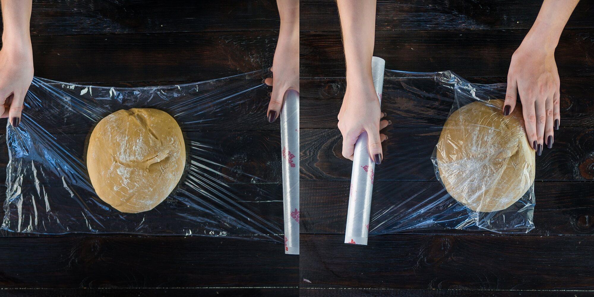 Заверните тесто в пищевую плёнку