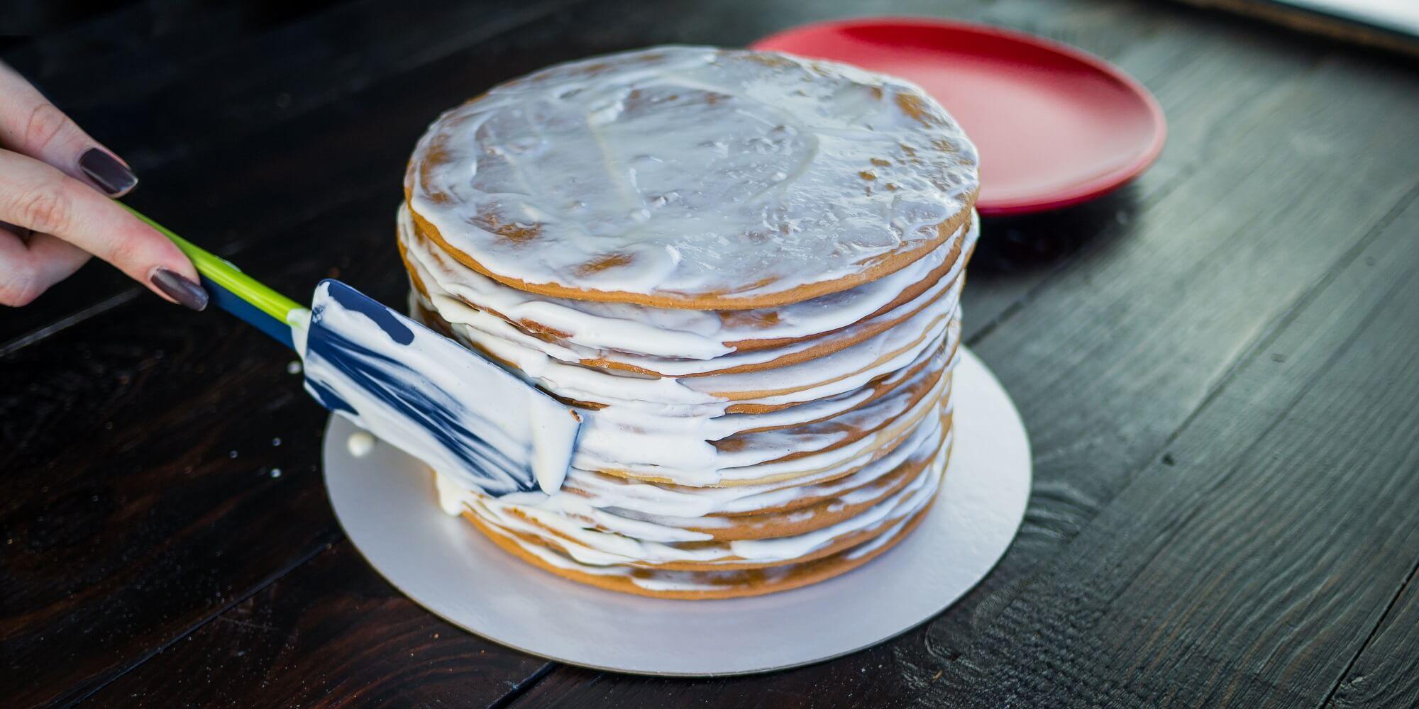 Нанесите крем на бока торта