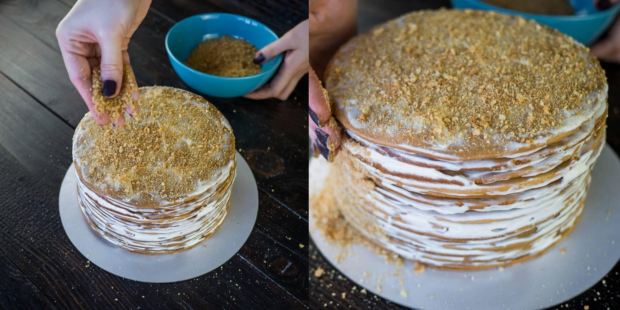 Оставшийся корж перетрите в крошку и посыпьте ей торт