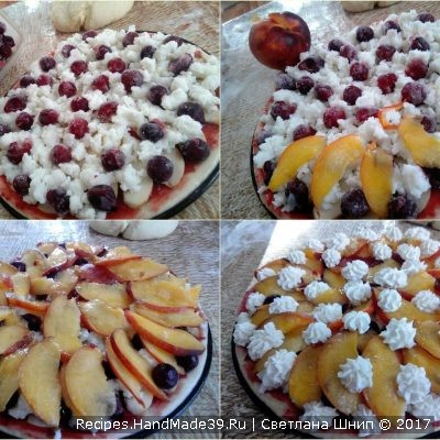 Сверху выложить порезанные фрукты и творожную массу