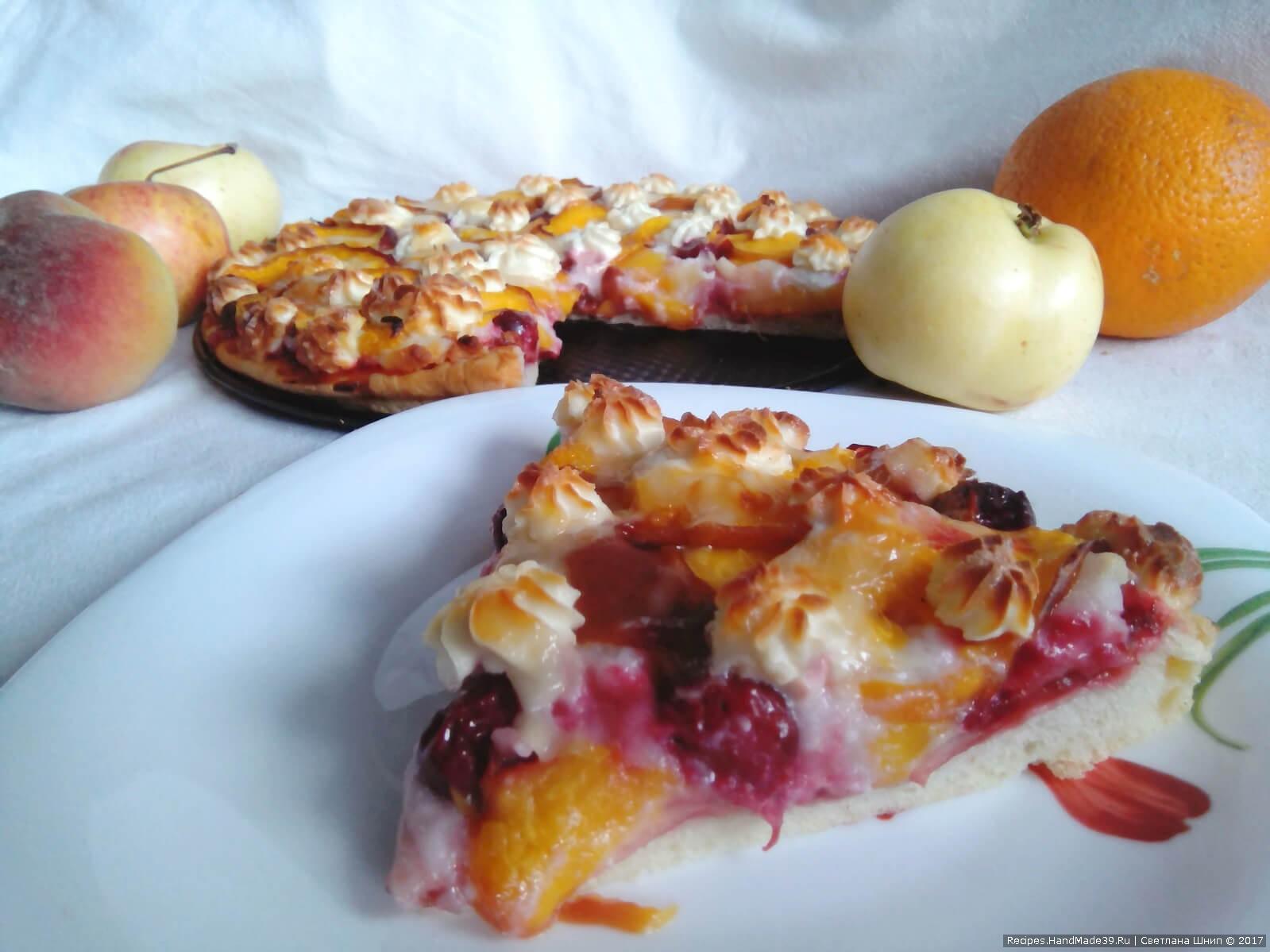 Фруктовую пиццу запекать в разогретой духовке при 180 °C до появления золотистого цвета на творожной массе