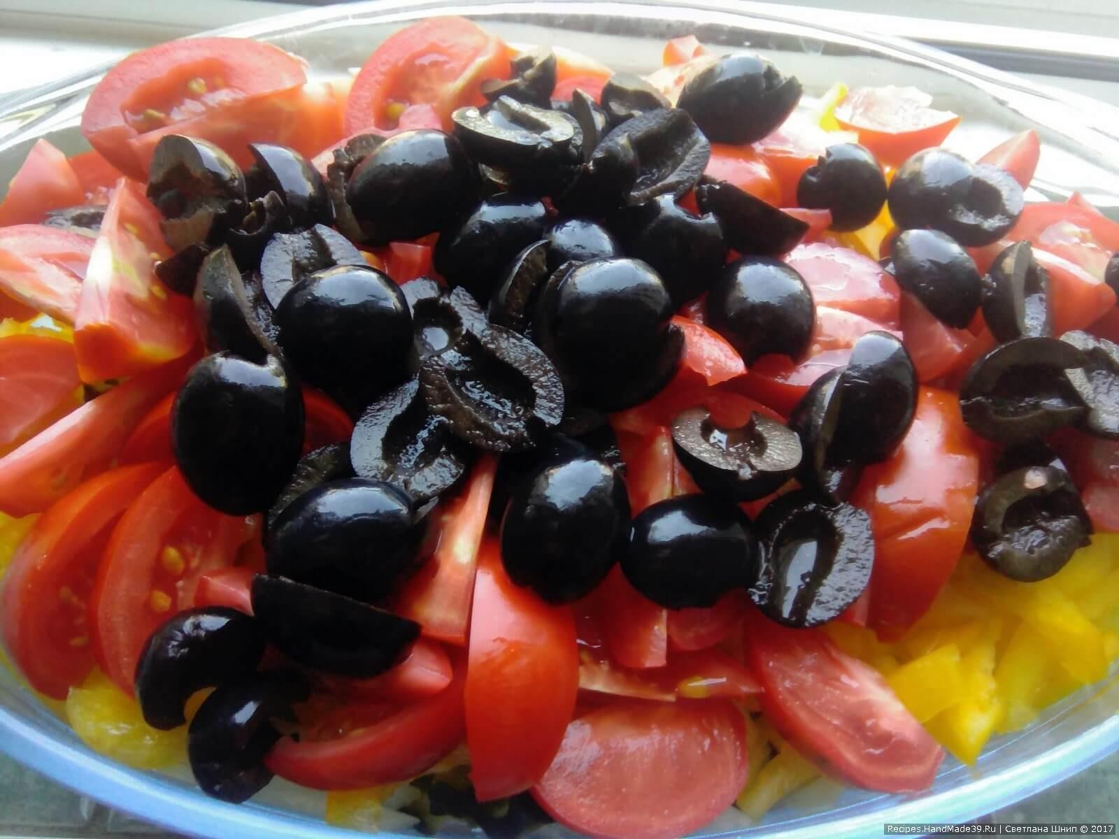 Выложить все ингредиенты в большую салатницу