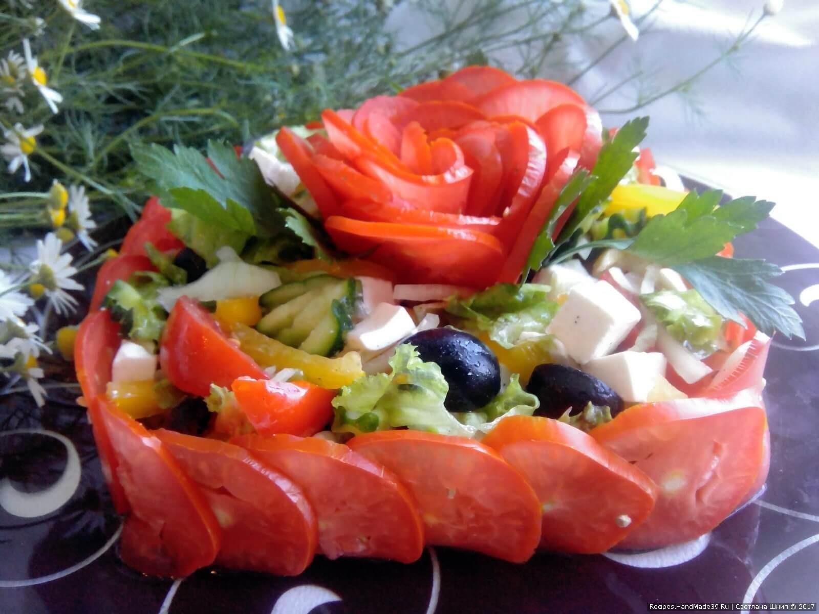 Перед подачей полить салат заправкой, аккуратно перемешать и посыпать сверху свежемолотым чёрным перцем. Приятного аппетита!