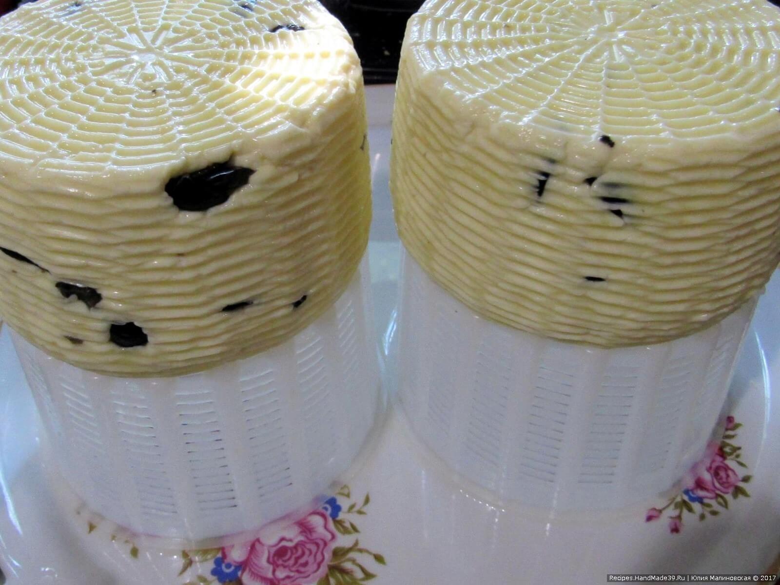 Оставьте сыр на 3 часа при комнатной температуре, а затем оставьте при температуре 8-10 °C на 6 часов