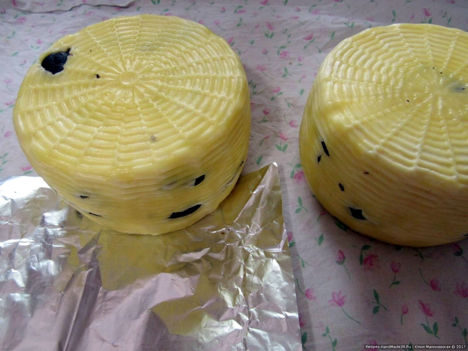 Вытащите сыр из рассола, протрите тканью и переложите на выдержку в помещение с температурой 8 – 10 °C