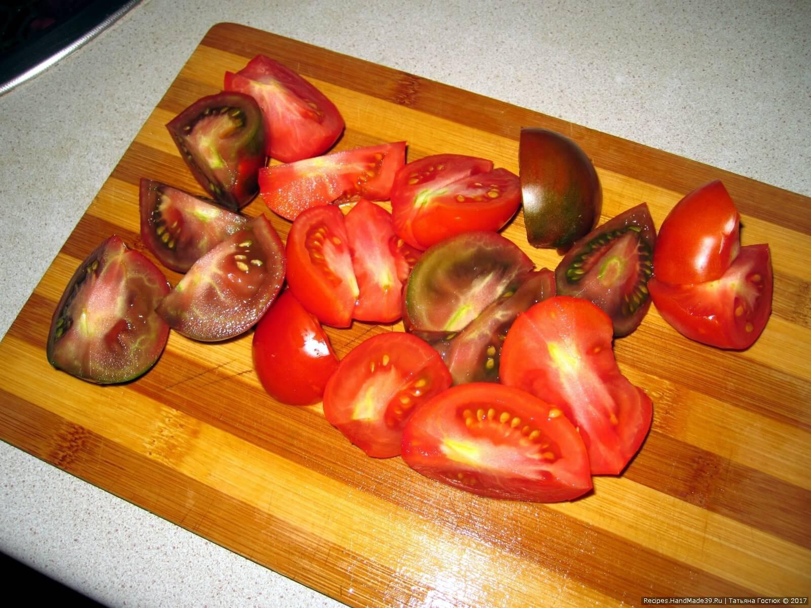 Помидоры (среднего размера) нарезаем крупными кусками (я один помидор разрезала на 4 части)