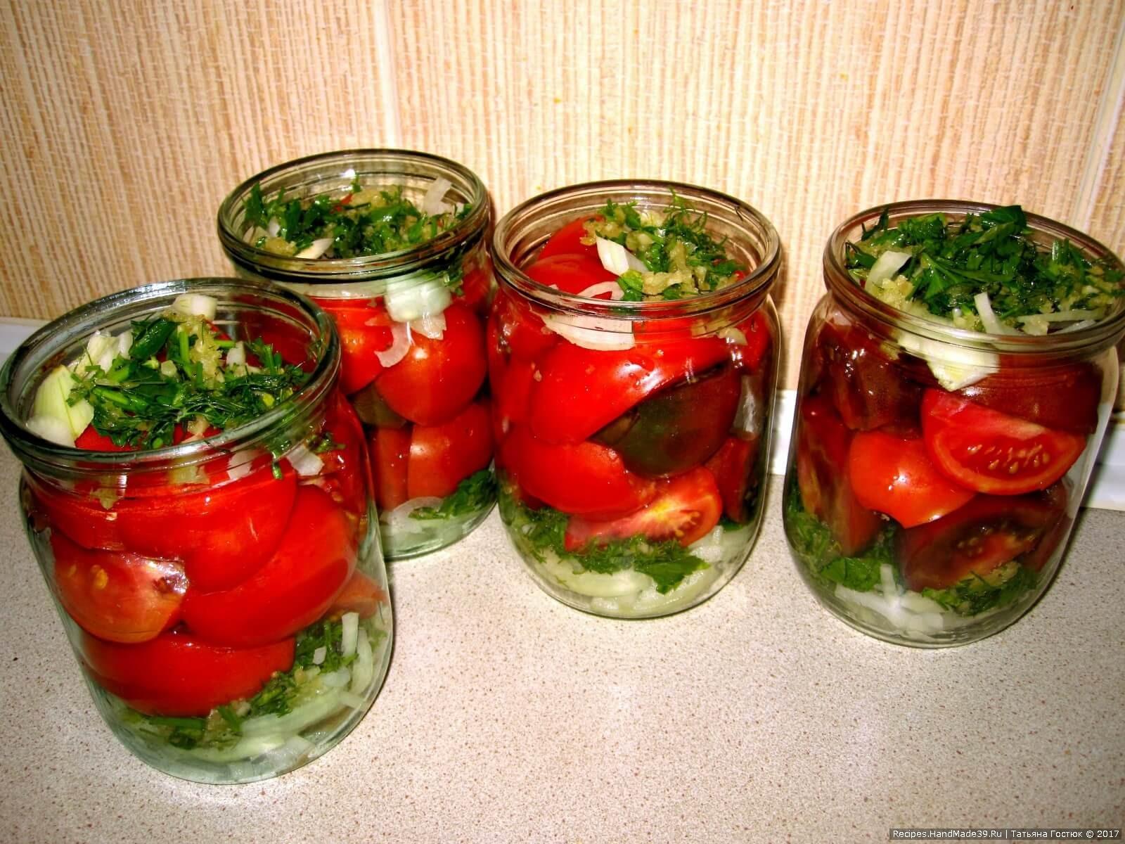 В кипящую воду добавляем соль и сахар, растворяем, затем кипящим маринадом заливаем помидоры. В каждую банку кладём по столовой ложке уксуса и растительного масла без запаха