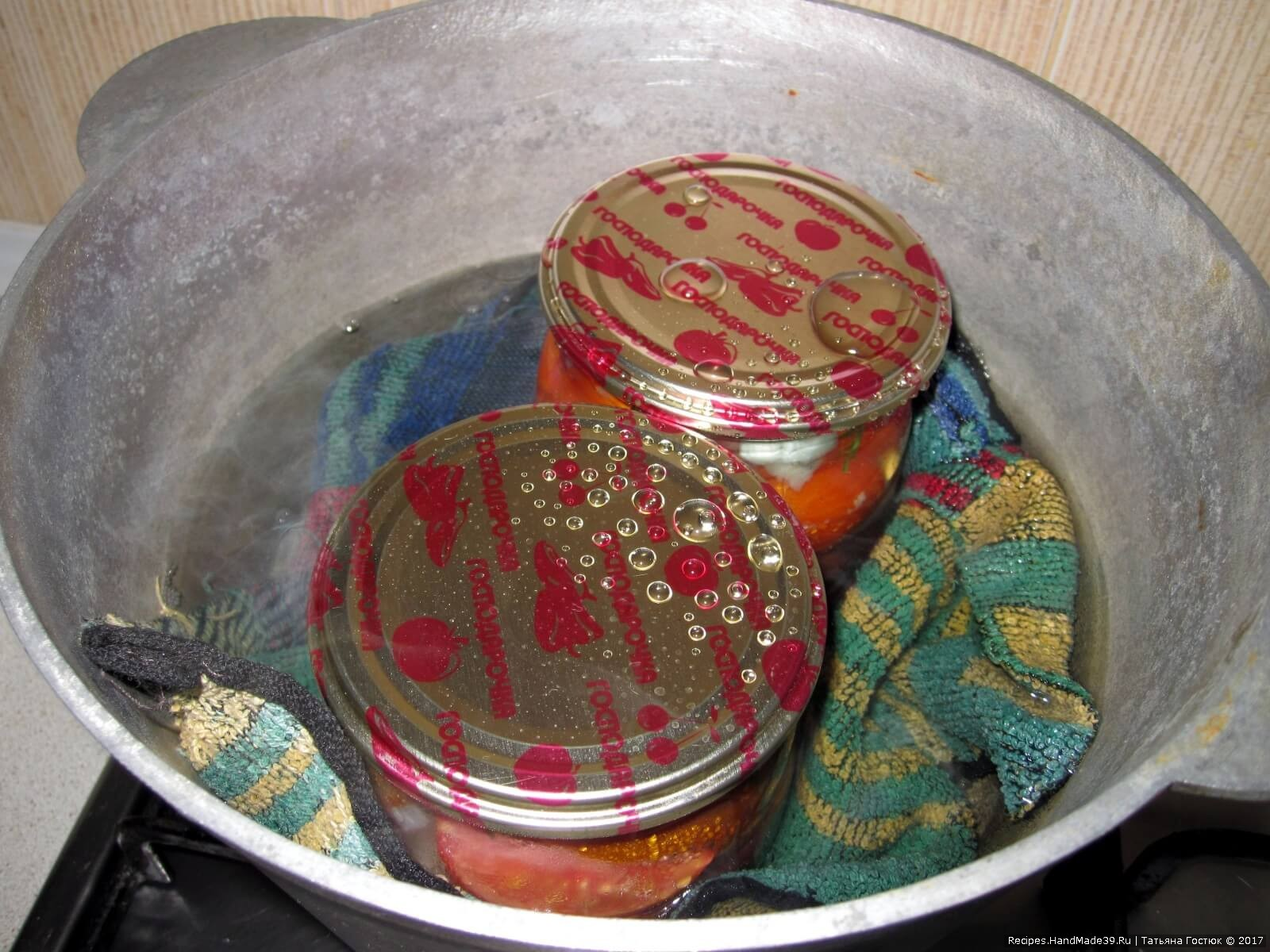 Накрываем банки крышками и укладываем их в кастрюлю. Стерилизуем по 5 минут с момента закипания воды в кастрюле