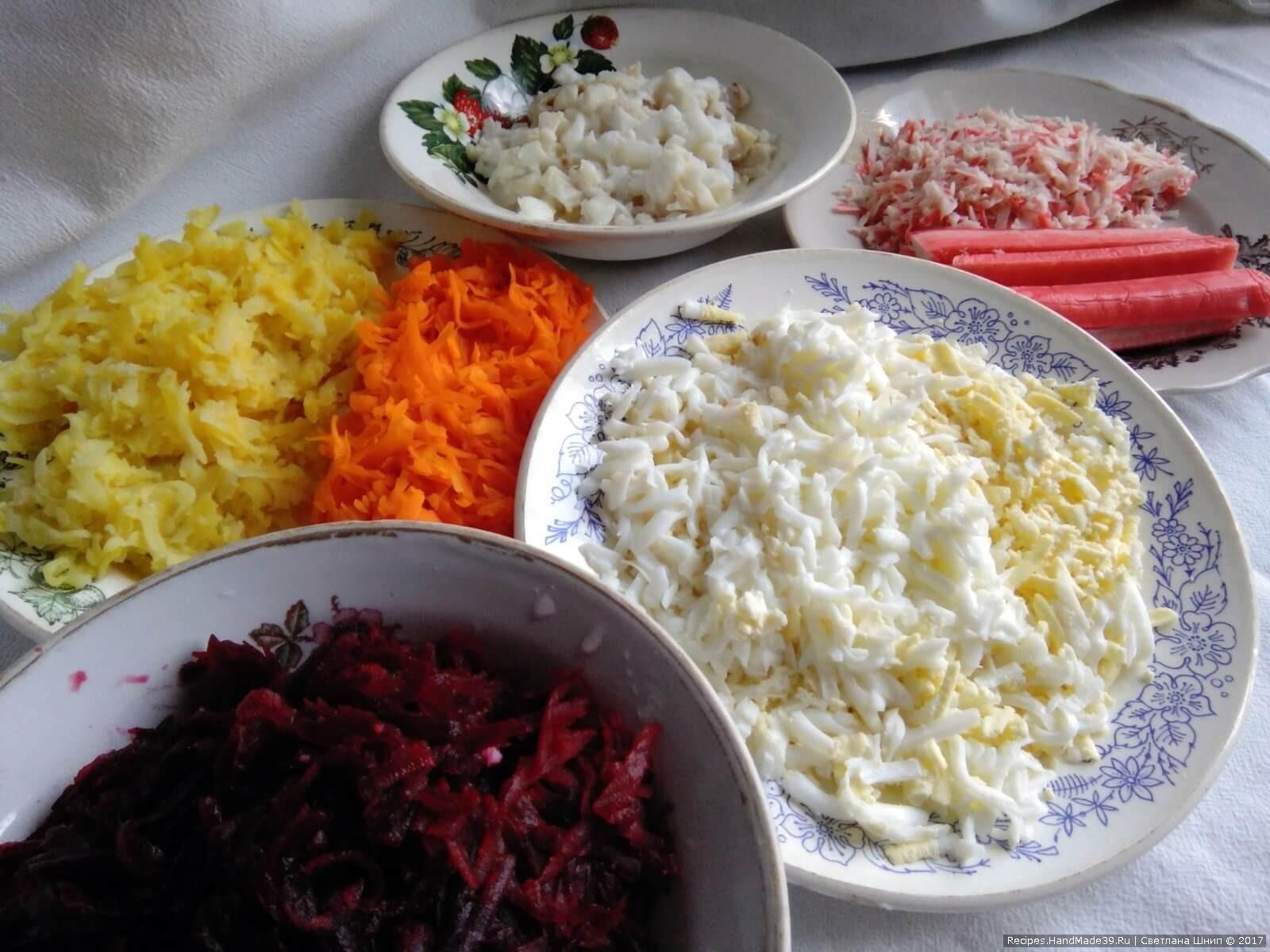 Овощи (свёклу, морковь, картофель) и яйца отварить. Всё остудить, почистить и по отдельности натереть на крупную тёрку